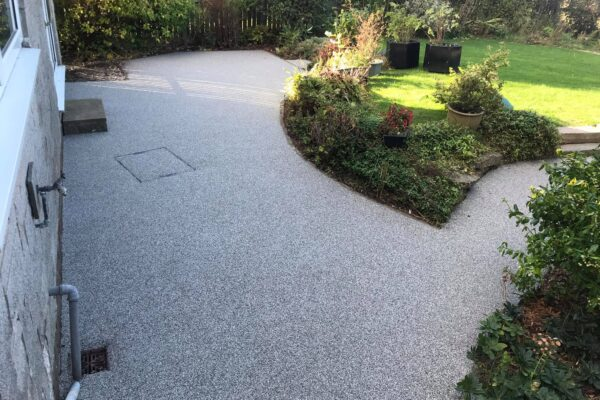 A modern garden with a resin stone patio